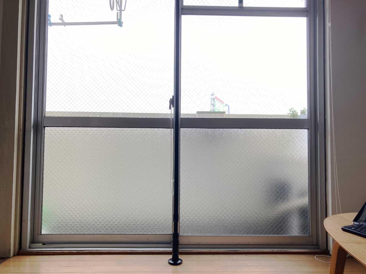引き違い窓の中央部分に突っ張り棒を立て、植木鉢を浮かせてみましょう