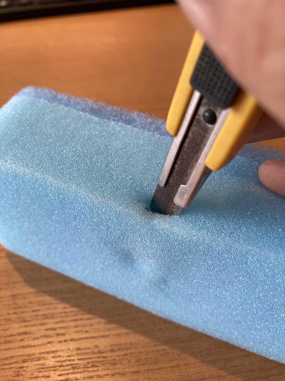 スポンジに防水磁石を取り付ける