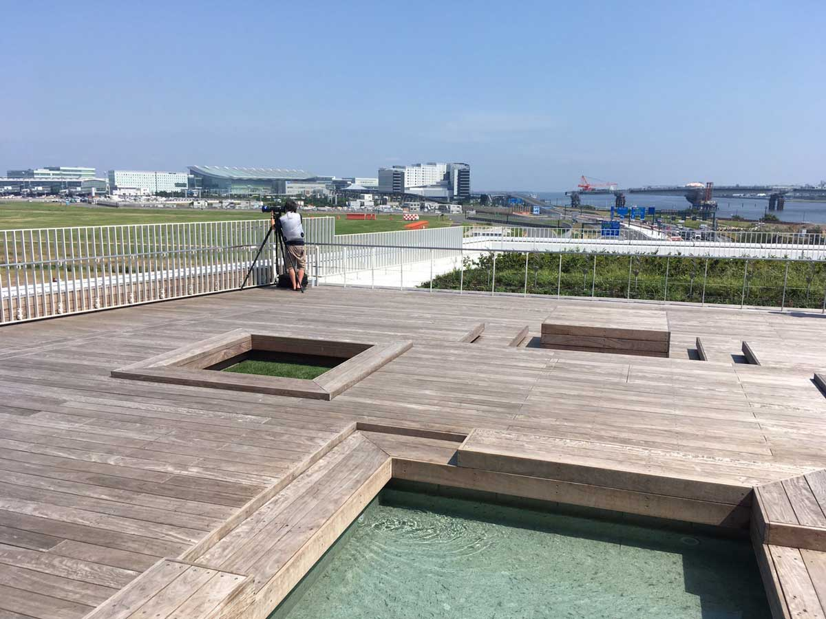 足湯と空港の眺望