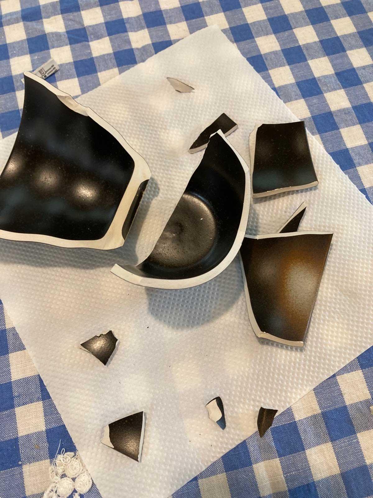 食器を組み、パテ補修したい箇所を特定する