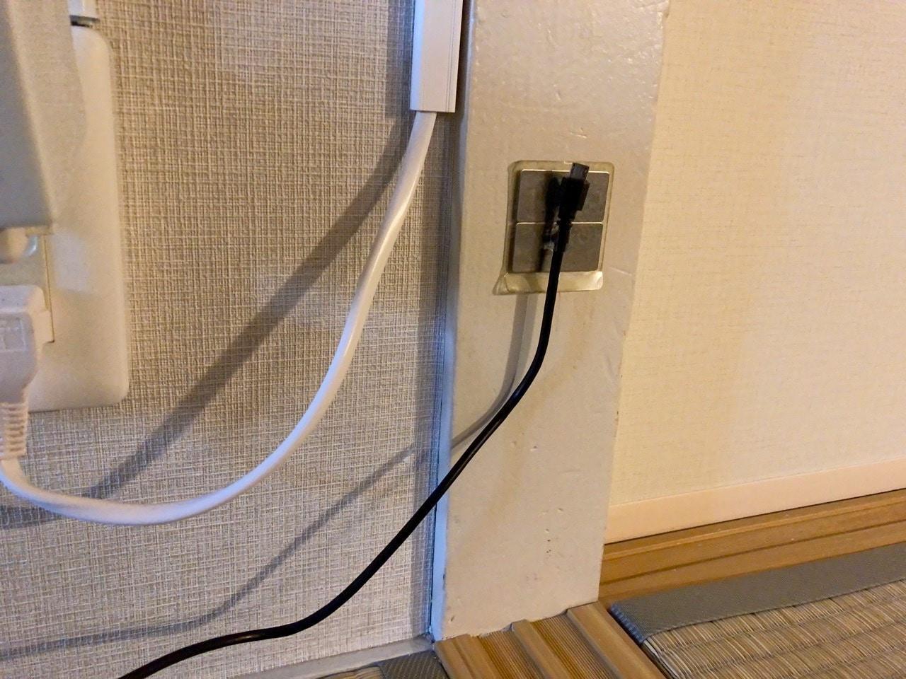 壁にケーブルを磁力で留める